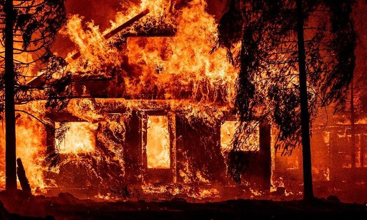 Một ngôi nhà bị đám cháy thiêu rụi ở miền bắc California. Ảnh: Phys.org.
