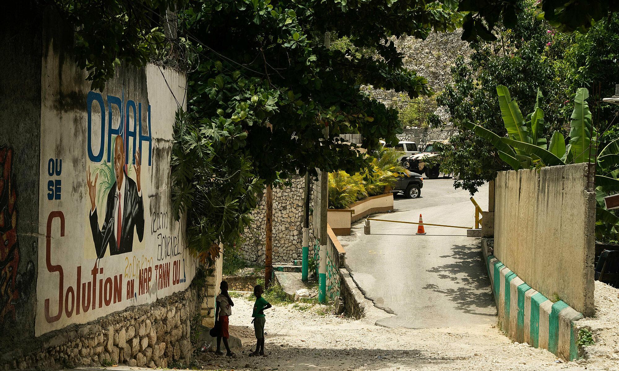 Bên ngoài dinh thự Tổng thống Moise Jovenel, không còn được phong tỏa sau vụ ám sát ngày 6/7. Ảnh: CNN.