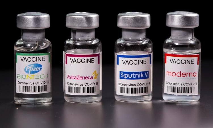 Các mẫu vaccine Covid-19 (từ trái qua phải) của Pfizer, AstraZeneca, Sputnik V và Moderna. Ảnh: Reuters.