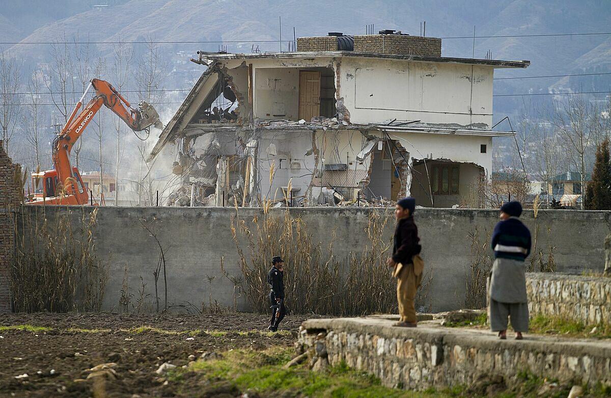 Khu nhà của Osama bin Laden ở Abbottabad, Pakistan bị nhà chức trách phá dỡ ngày 26/ 2/2012. Ảnh: AP