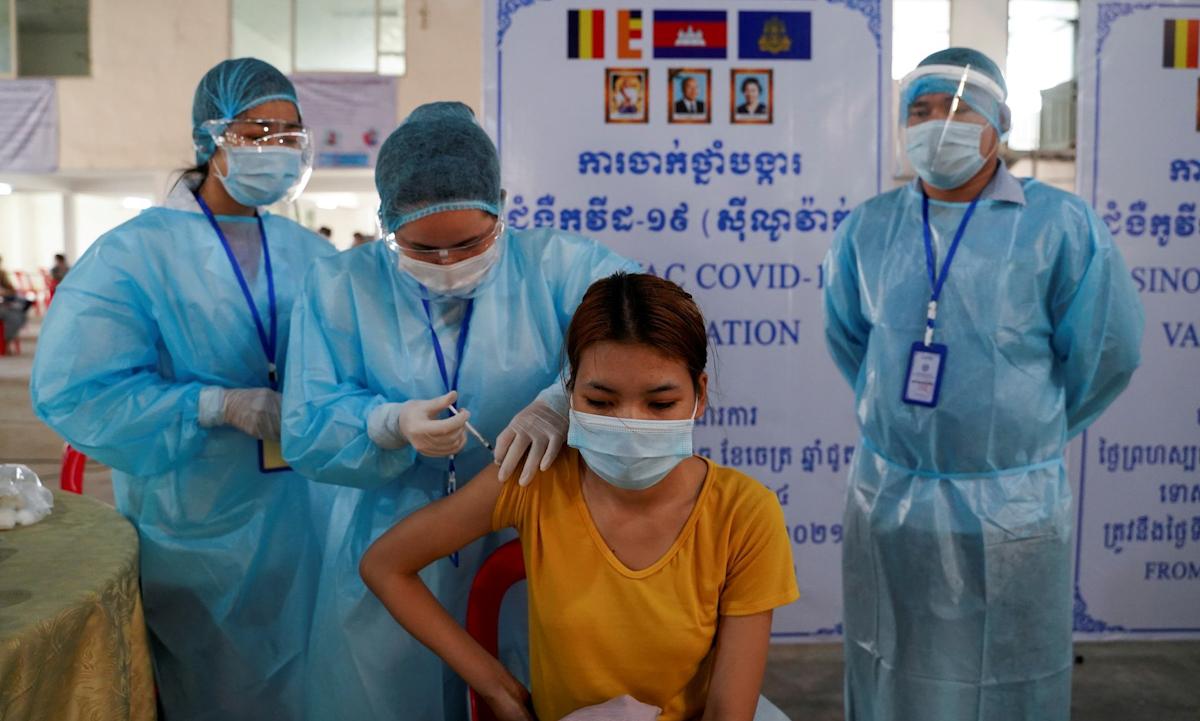 Một điểm tiêm chủng vaccine Covid-19 ở thủ đô Phnom Penh, Campuchia vào tháng 4. Ảnh: Reuters.