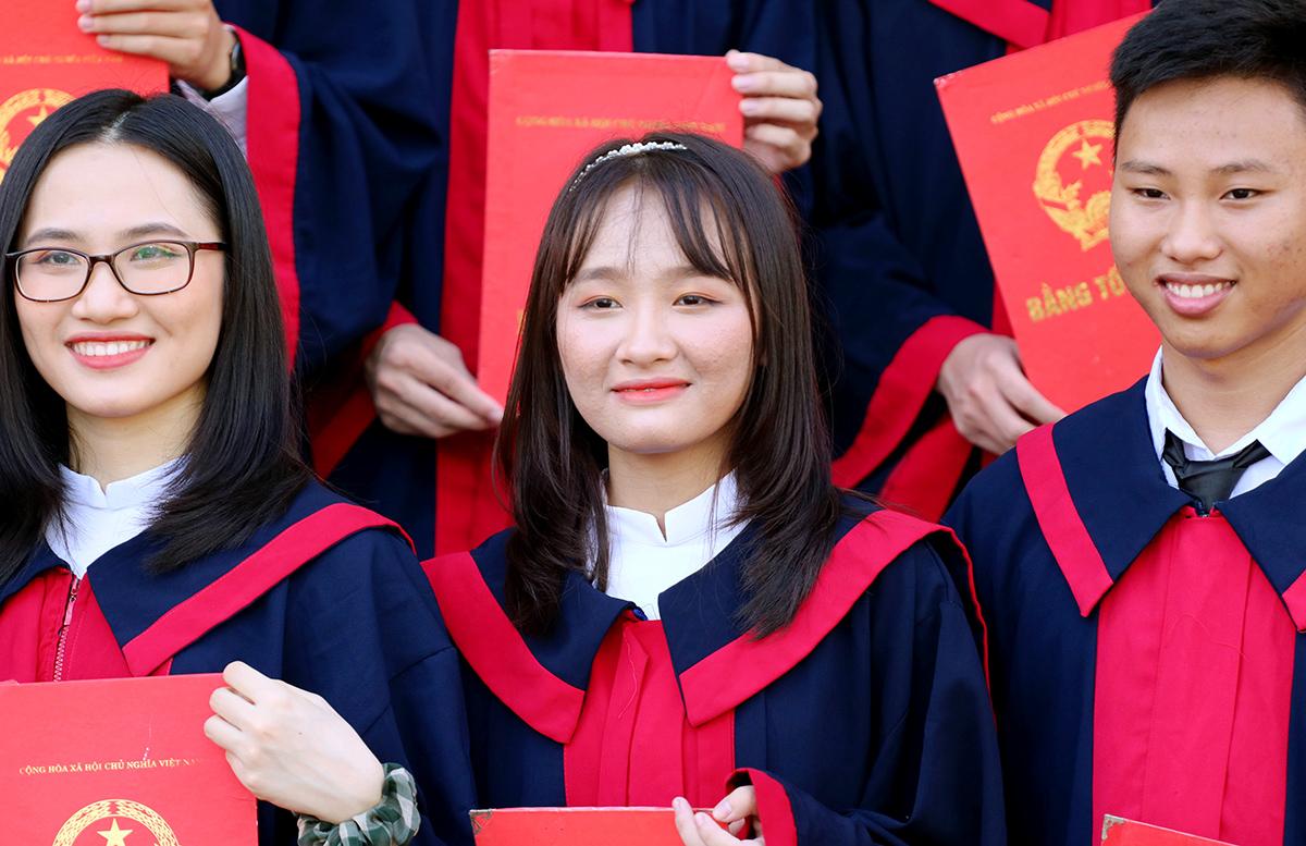 Kim Anh (đứng giữa) chụp ảnh kỷ yếu cùng bạn. Ảnh: Đức Hùng
