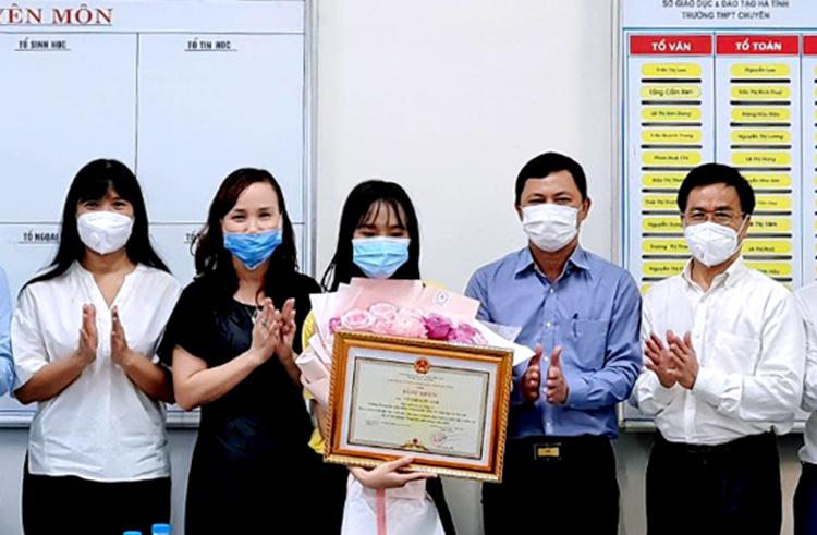 Kim Anh (thứ ba từ trái sang) nhận bằng khen từ lãnh đạo tỉnh Hà Tĩnh, chiều 26/7. Ảnh: Hùng Lê