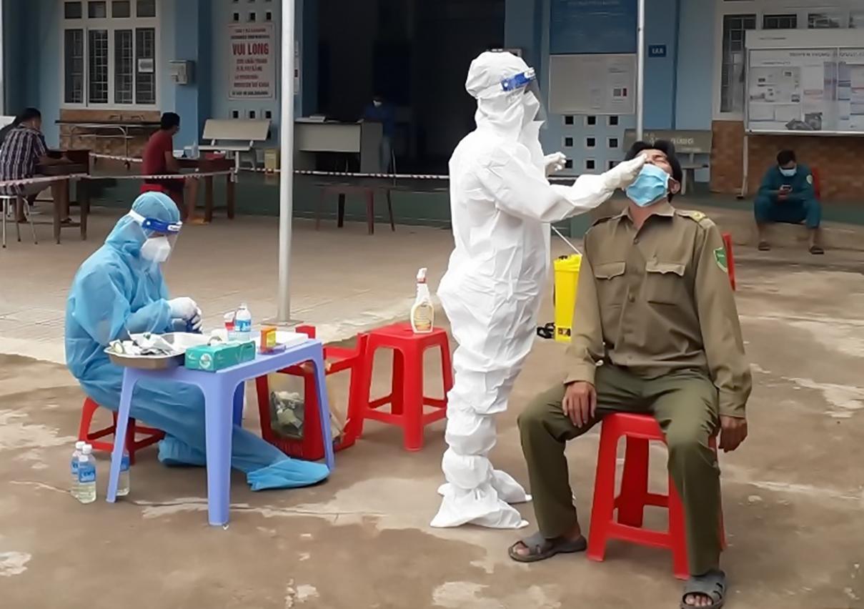 Nhân viên Y tế lấy mẫu xét nghiệm Covid-19 cho người dân huyện Dương Minh Châu. Ảnh: Báo Tây nINH