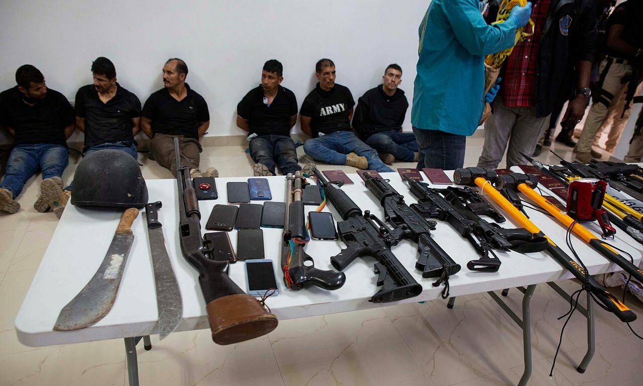 Nhóm đối tượng bị tình nghi là sát thủ đoạt mạng Tổng thống Moise bị cảnh sát Haiti bắt giữ ngày 6/7. Ảnh: AP.