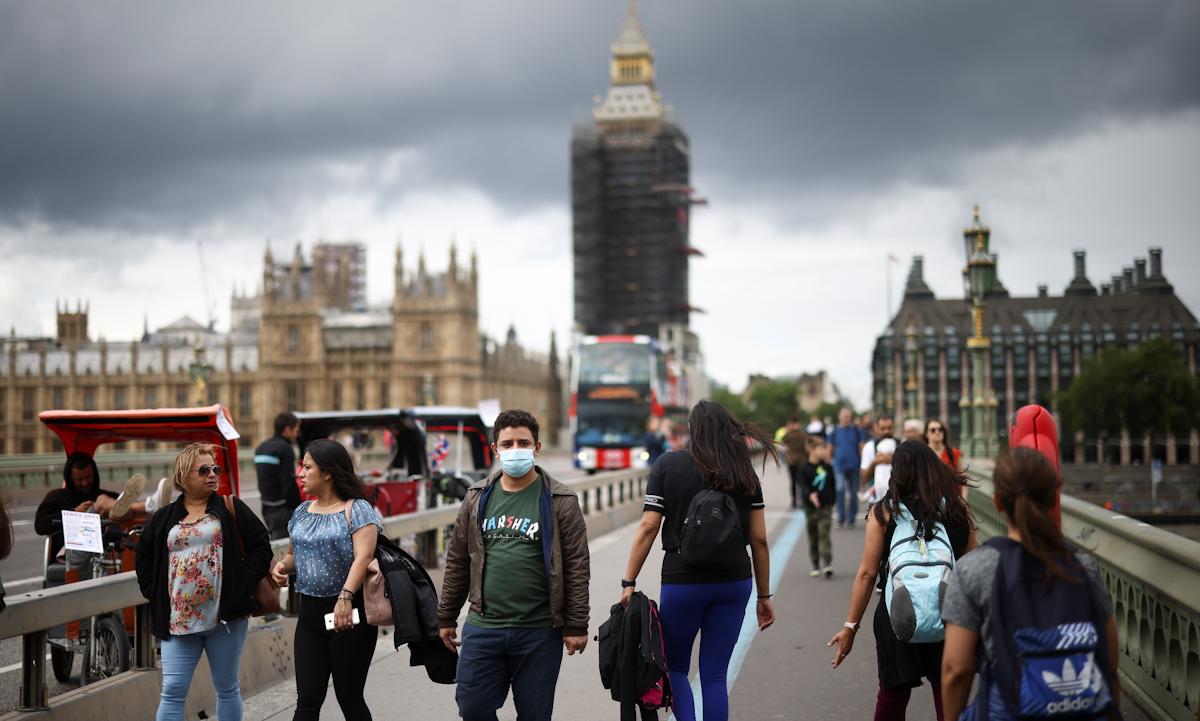 Người dân Anh đi lại trên cầu Westminster ở thủ đô London hôm 4/7. Ảnh: Reuters.