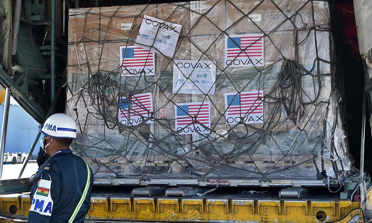 Lô vaccine Covid-19 Johnson & Johnson được Mỹ tài trợ qua Covax tới sân bay Bolivia tháng này. Ảnh: AFP.
