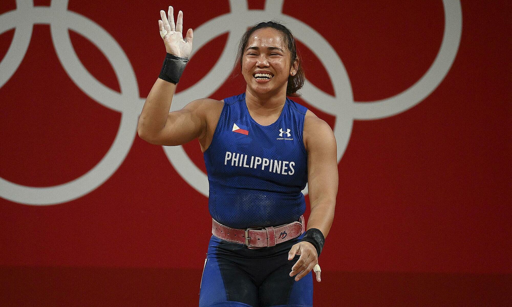 Nữ VĐV cử tạ Hidilyn Diaz vui mừng khi giành chiến thắng ở Olympic Tokyo 2020 vào ngày 26/7. Ảnh: AFP.