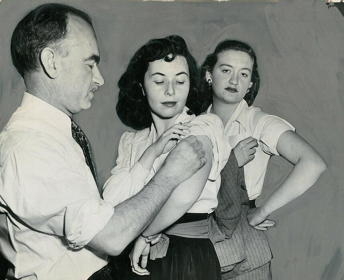 Người New York tiêm vaccine trong đợt bùng phát dịch đậu mùa tháng 4/1947. Ảnh: NYT