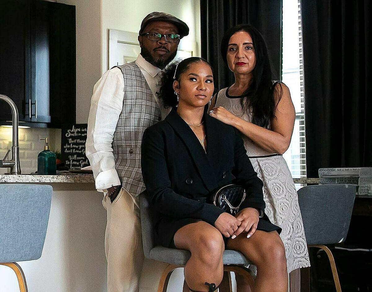 Nữ vận động viên Olympic, Jordan Chiles (giữa) cùng cha mẹ tại nhà riêng ở Texas, tháng 6/2017. Ảnh: NYT