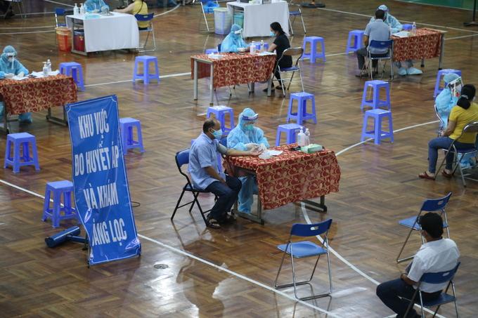 Người dân tiêm vaccine tại nhà thi đấu Lãnh Binh Thăng, quận 11 chiều 22/7. Ảnh: Hà Văn.