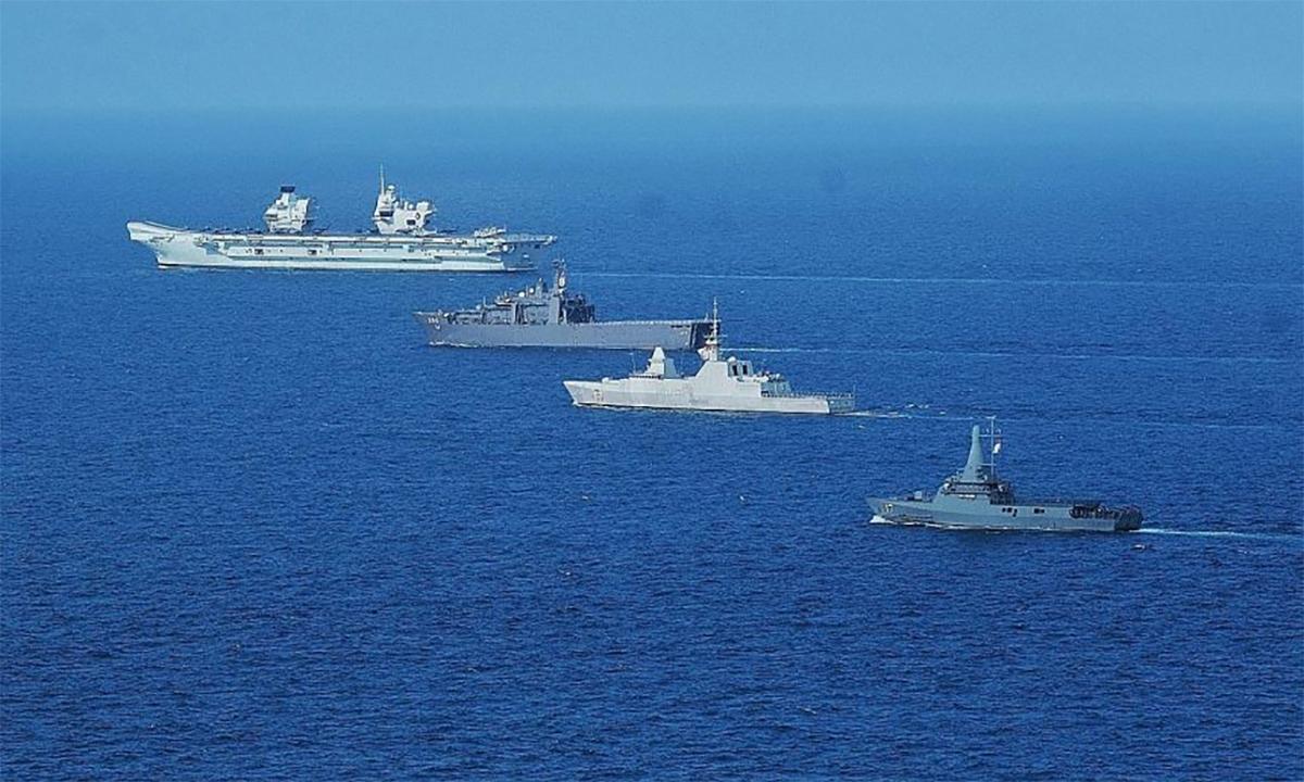 Từ trên xuống, tàu sân bay Anh HMS Queen Elizabeth, tàu đổ bộ RSS Resolution, hộ vệ hạm RSS Intrepid và tàu tuần tra ven biển RSS Unity của Singapore diễn tập ngày 26/7. Ảnh: RSN.