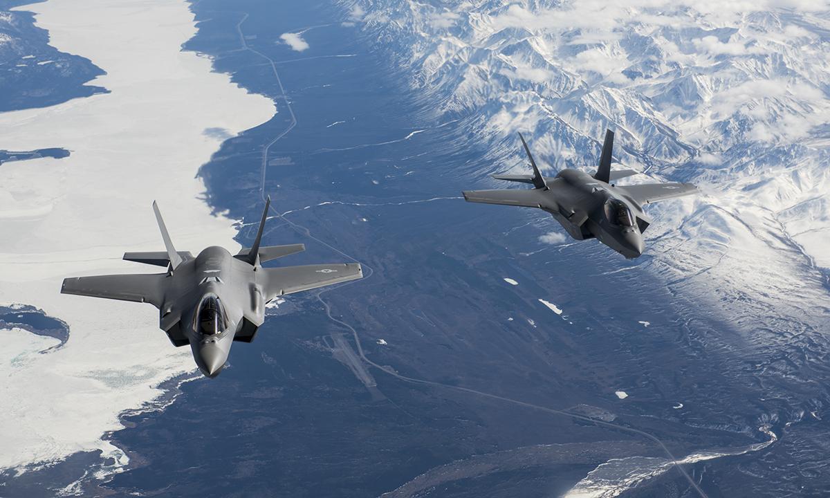 Hai tiêm kích F-35A bay tới căn cứ không quân Eielson tháng 4/2020. Ảnh: USAF.