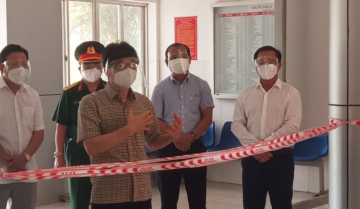 Phó thủ tướng Vũ Đức Đam thăm hỏi, động viên các y, bác sĩ tại Bệnh viện Dã chiến huyện Tân Trụ. Ảnh: Thanh Mỹ