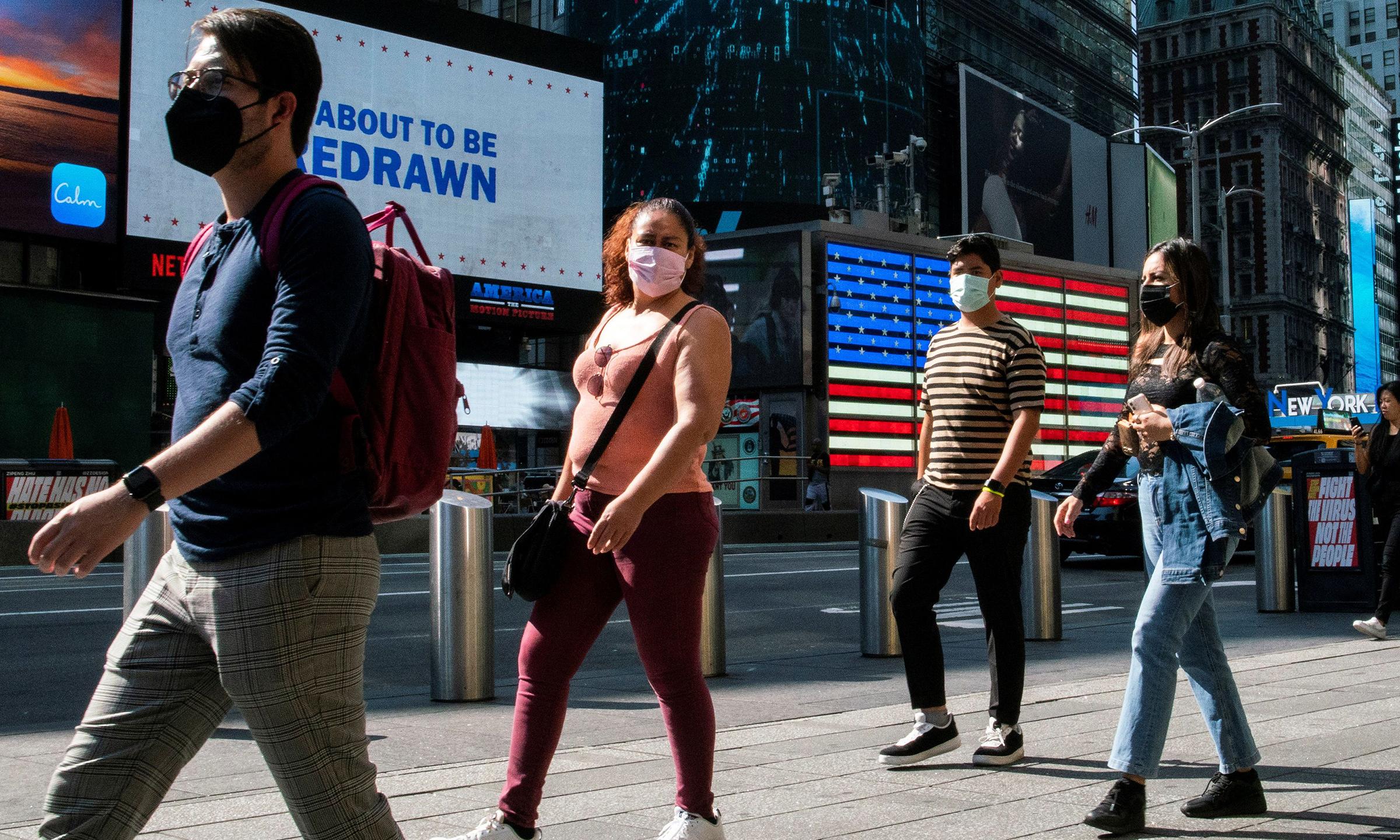 Người dân đeo khẩu trang tại Quảng trường Thời đại ở New York, Mỹ, hôm 23/7. Ảnh: Reuters.