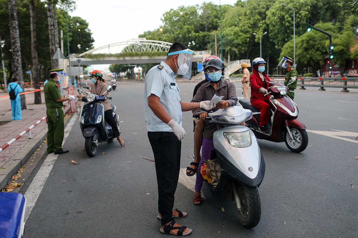 Nhà chức trách quận Phú Nhuận kiểm tra giấy tờ người đi đường. Ảnh: Thành Nguyễn.