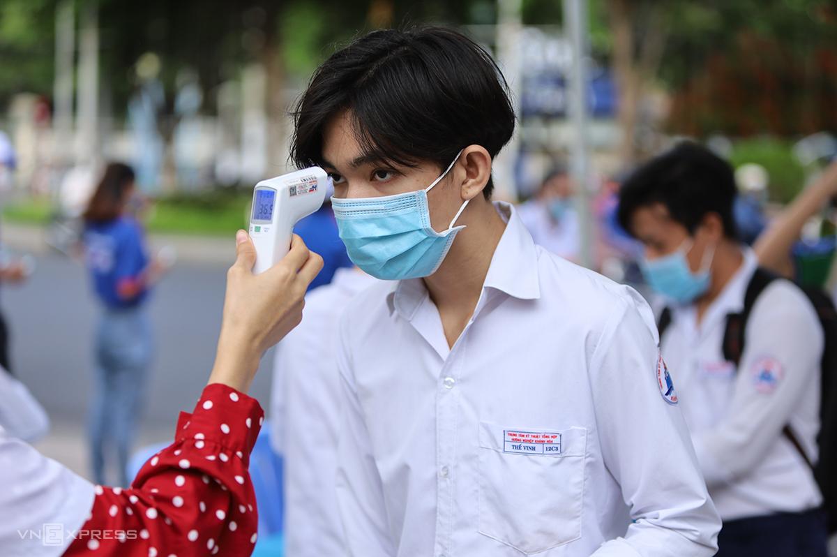 Thí sinh do thân nhiệt trước khi vào điểm thi THPT tại TP Nha Trang. Ảnh: Xuân Ngọc.