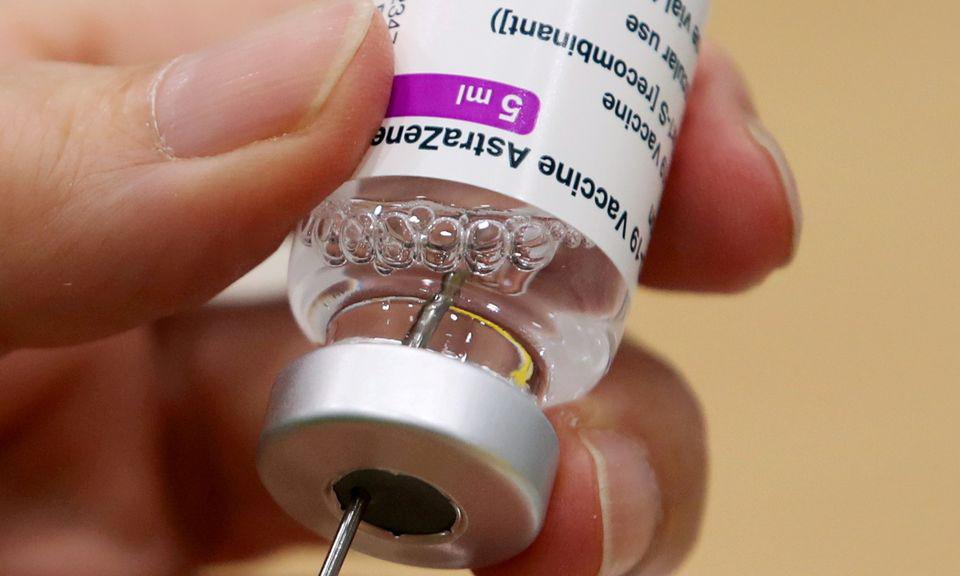 Nhân viên y tế chuẩn bị mũi tiêm vaccine AstraZeneca tại điểm tiêm chủng ở Antwerp, Bỉ hồi tháng 3. Ảnh: Reuters.
