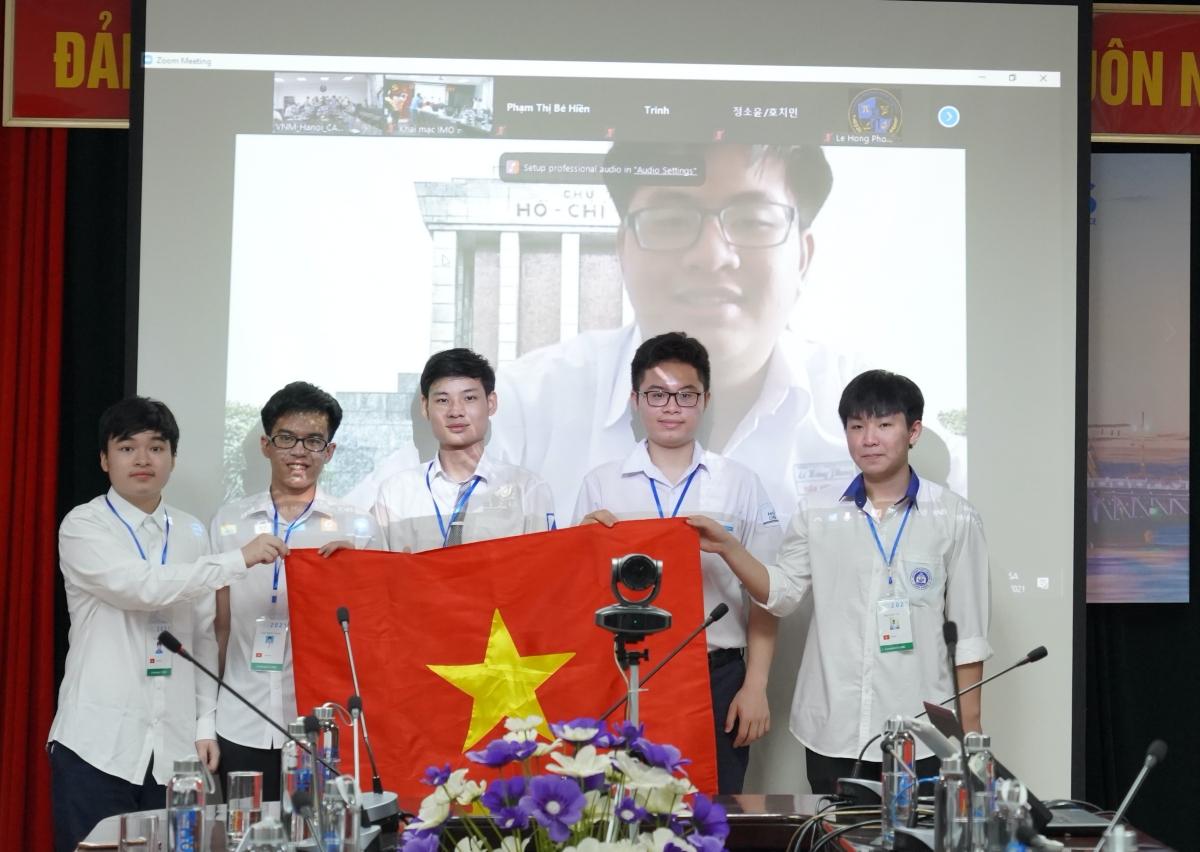 6 học sinh của đoàn Việt Nam dự thi Olympic Toán quốc tế 2021. Em Đỗ Bách Khoa (chính giữa) là một trong bốn học sinh được nhận bằng khen và tiền thưởng của Chủ tịch UBND Hà Nội.