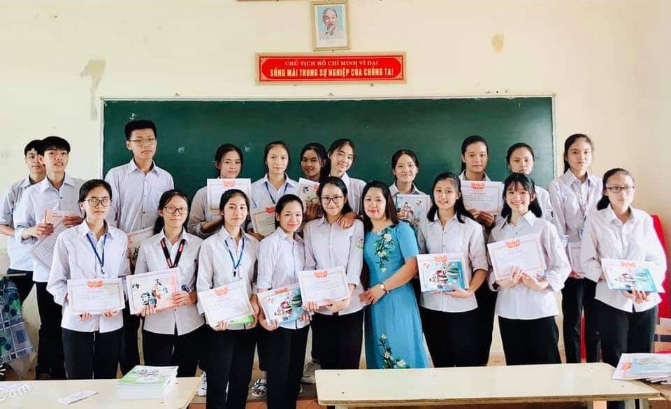 Cô giáo chủ nhiệm Nguyễn Thị Luận chụp ảnh cùng học trò.