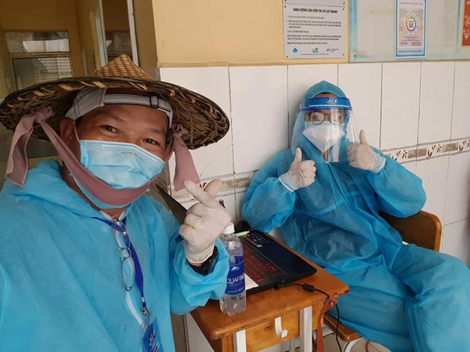 Anh Hùng và con gái Ngọc Minh tham gia hỗ trợ lực lượng y tế. Ảnh: NVCC.