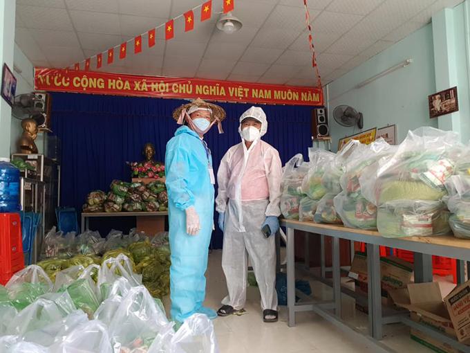 Tranh thủ giờ nghỉ trưa, anh Hùng (trái) đi tặng quà cho các cựu chiến binh, hưu trí có hoàn cảnh khó khăn ở quận Gò Vấp nhân ngày 27/7. Ảnh: NVCC.