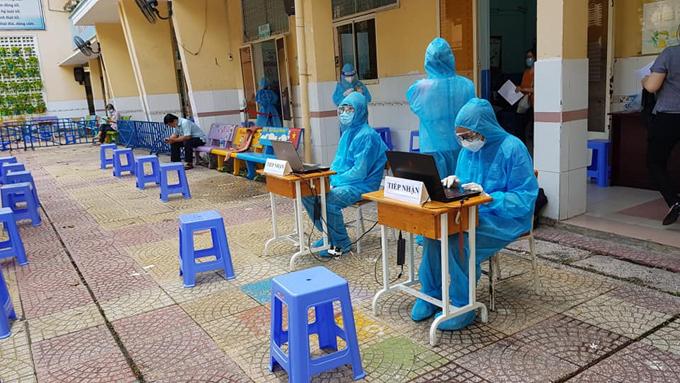 Nhiệm vụ của Minh là đối chiếu danh sách, nhập liệu thông tin người tiêm phòng vaccine Covid-19. Ảnh: NVCC.