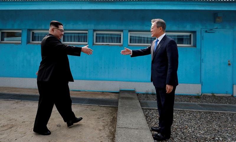 Tổng thống Hàn Quốc Moon Jae-in (phải) và lãnh đạo Triều Tiên Kim Jong-un gặp nhau tại làng đình chiến Panmunjom năm 2018. Ảnh: Reuters.