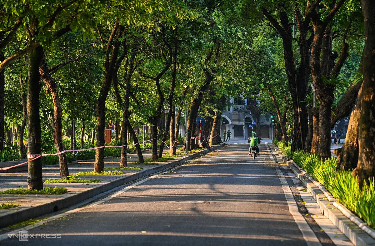 Ven hồ Hoàn Kiếm những ngày Hà Nội cách ly xã hội, ngày 24/7. Ảnh: Giang Huy