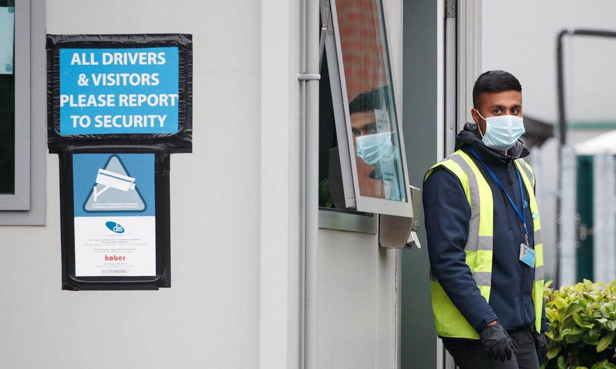 Nhân viên an ninh tại cổng ra vào nhà máy chế biến thịt Kober ở Cleckheaton tháng 6/2020. Ảnh: PA.