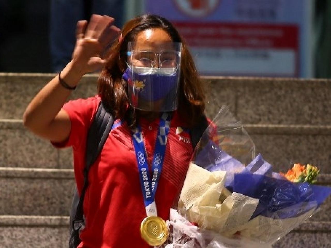 Hidilyn Diaz tại sân bay Manila ngày 28/7. Ảnh: AFP.