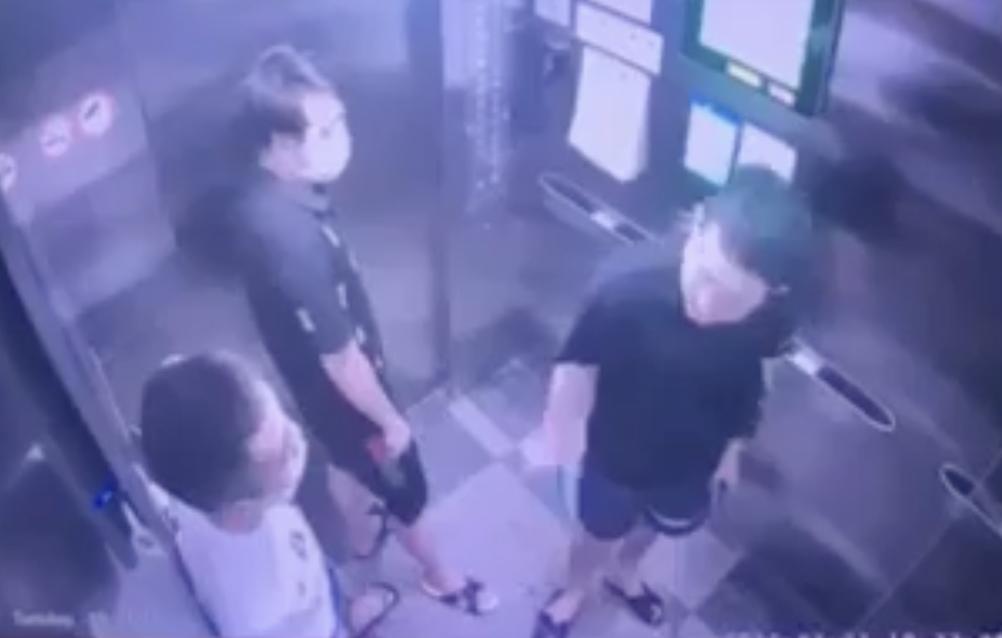 Người đàn ông (góc trong bên phải) nhổ nước bọt ra sàn thang máy. Ảnh: Cắt từ video.