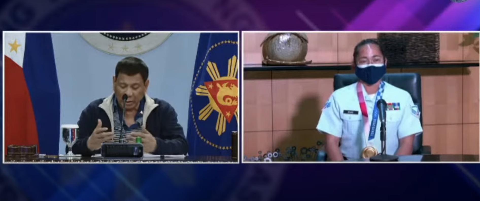 Hidilyn Diaz (phải) trò chuyện với Tổng thống Duterte qua Zoom ngày 28/7. Ảnh chụp màn hình.