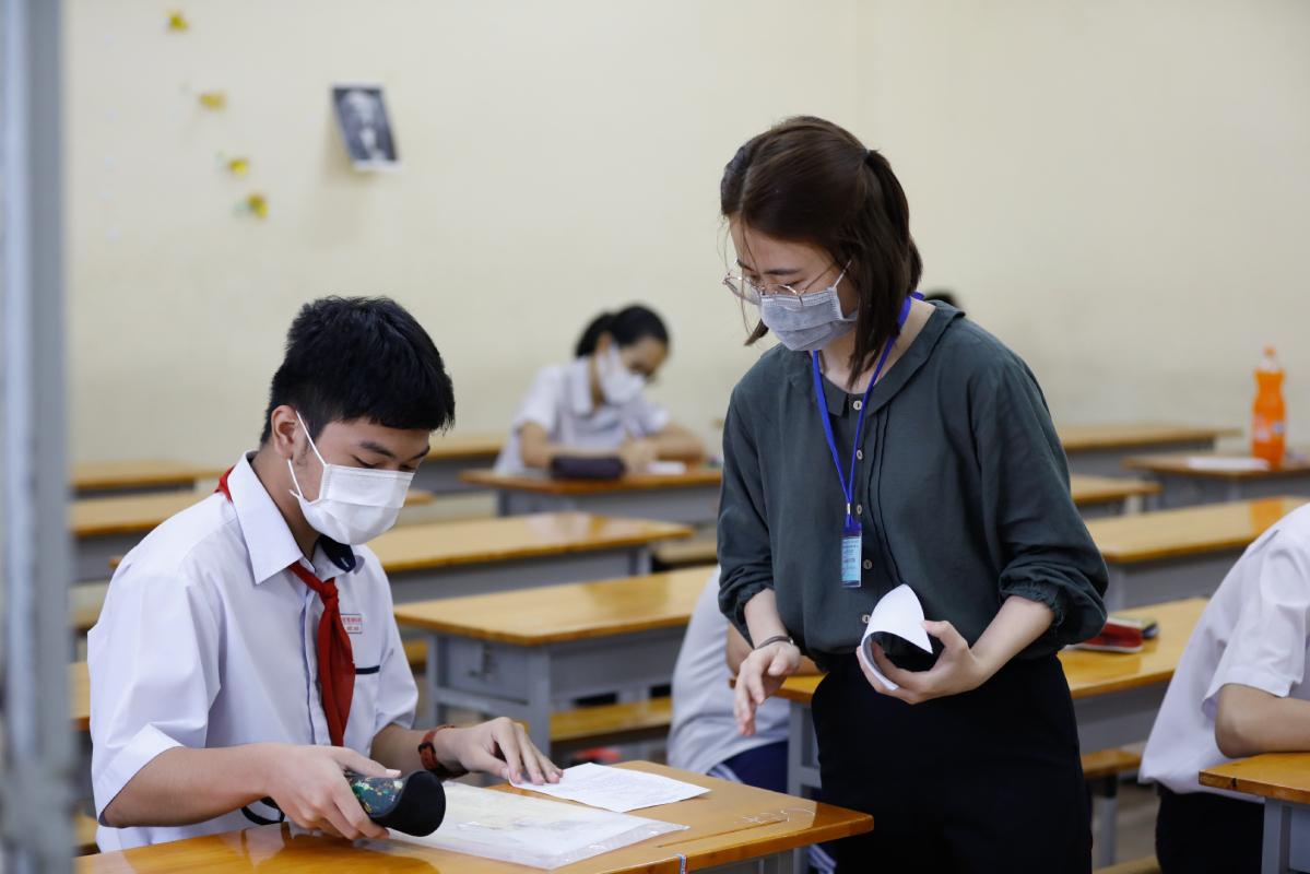 Thí sinh làm thủ tục trước giờ làm bài thi Toán (chuyên) hôm 26/5 tại trường Phổ thông Năng khiếu. Ảnh: Hữu Khoa.