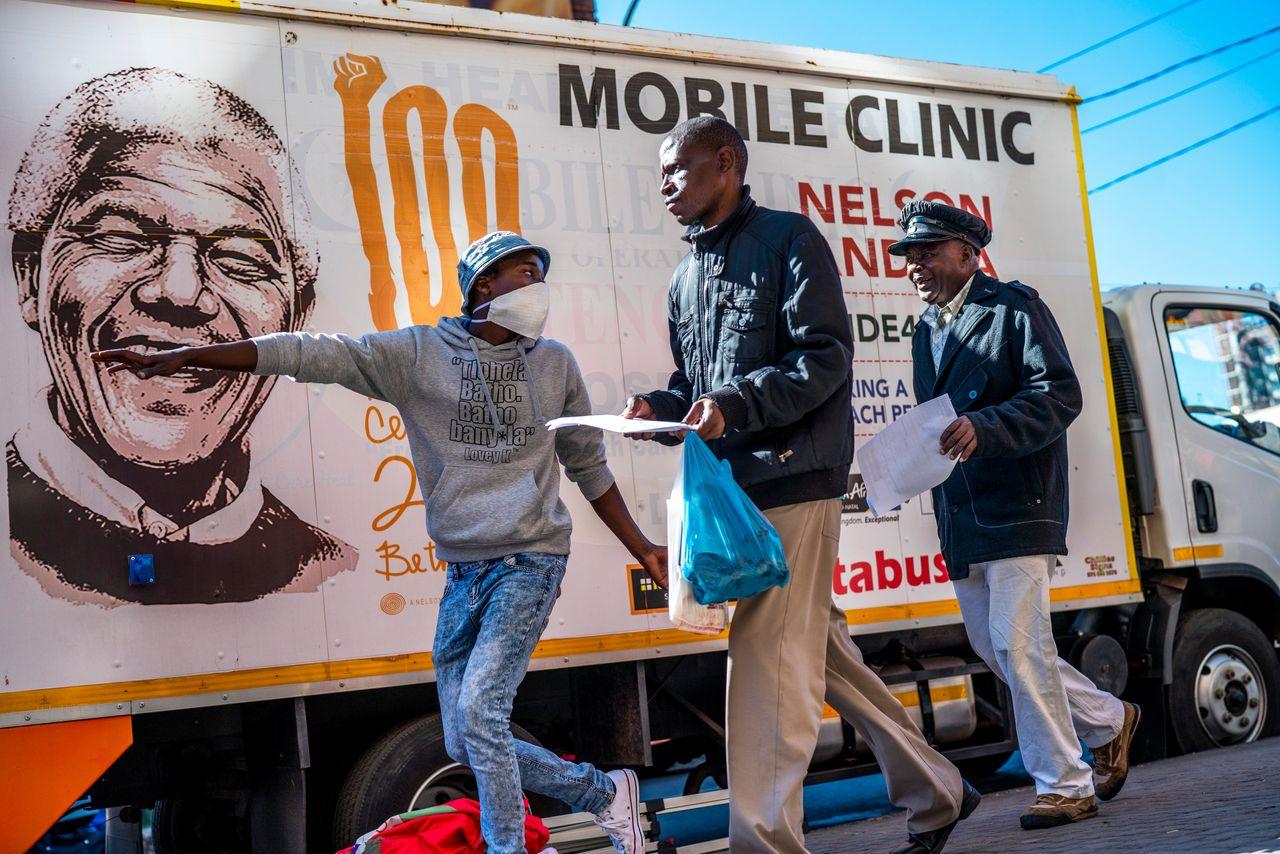 Người dân Nam Phi đến điểm xét nghiệm đa năng Covid-19, lao và HIV tại Johannesburg. Ảnh: AP.