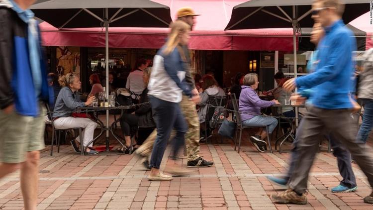 Người dân dùng bữa bên ngoài một nhà hàng ở khu Phố Nhà thờ, thành phố Burlington, bang Vermont. Ảnh: CNN.