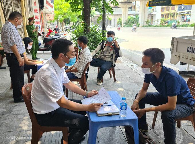 Người dân ở Hà Nội bị lập biên bản, phạt tiền dù có giấy thông hành nhưng công việc không thiết yếu ngày 29/7. Ảnh:Tất Định