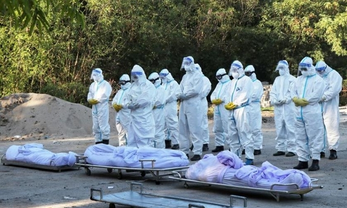 Nhân viên tình nguyện chuẩn bị an táng thi thể các bệnh nhân Covid-19 tại một nghĩa trang ở Mandalay, Myanmar, hôm 14/7. Ảnh: Reuters.
