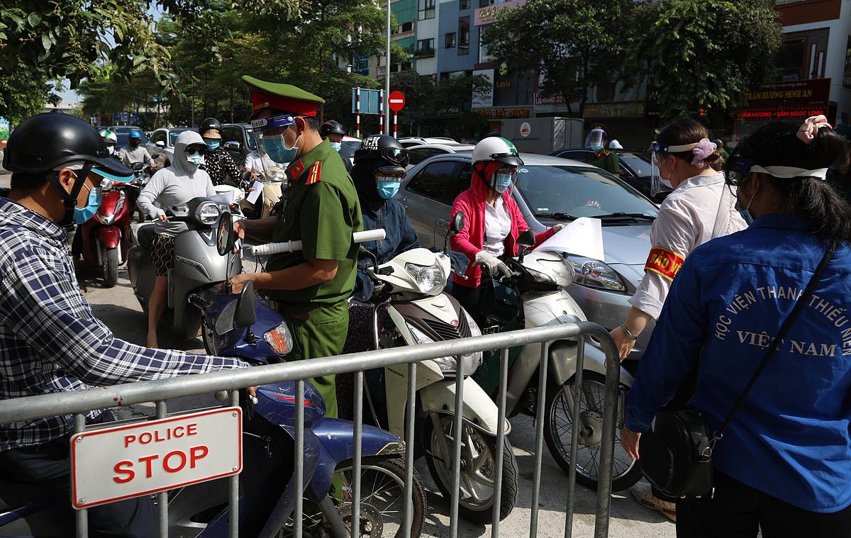 Ùn ứ giao thông tại chốt kiểm soát ở trung tâm Hà Nội. Ảnh: Ngọc Thành