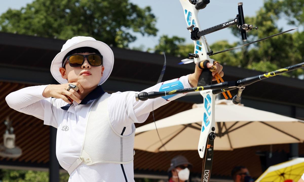 Nữ cung thủ Hàn Quốc An San thi đấu tại Olympic Tokyo ngày 23/7. Ảnh: Yonhap.