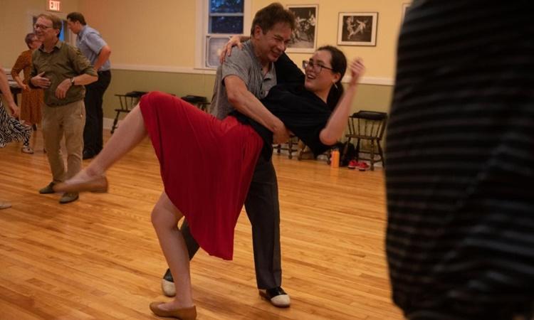 David Rose (nam), 73 tuổi, khiêu vũ cùng bạn nhảy Rhiannon Wiley tại câu lạc bộ Champlain. Ảnh: CNN.