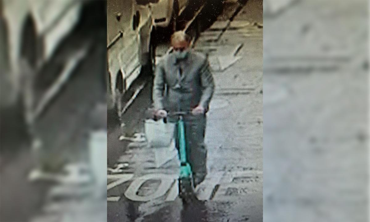 Nghi phạm đi xe tay ga điện màu xanh tẩu thoát sau khi cướp một cửa hàng kim hoàn ở Paris, Pháp ngày 27/7. Ảnh: AFP.