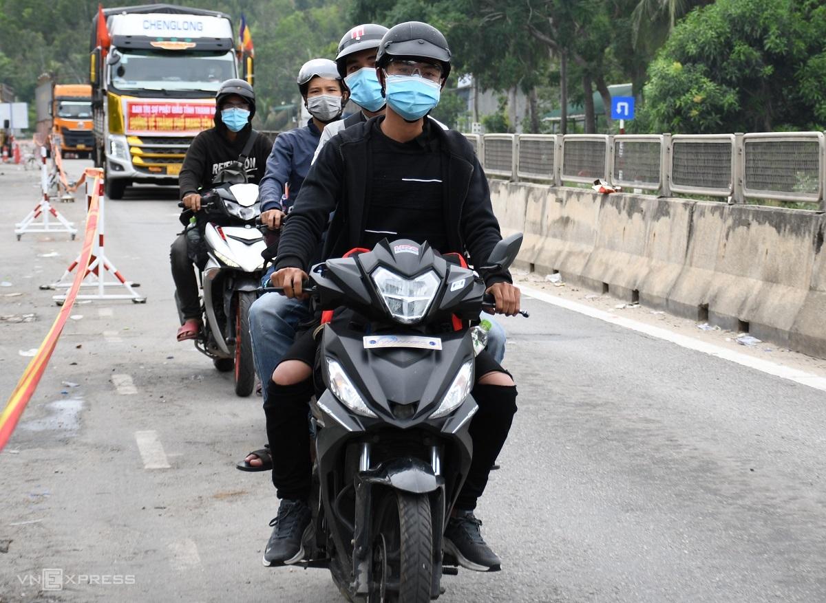Người dân Quảng Ngãi từ TP HCM đi xe máy về quê, khi đến đèo Bình Đê phải kiểm tra y tế và cách ly tập trung. Ảnh: Phạm Linh.