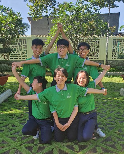 Đặng Lê Minh Khang đứng giữa chụp hình lưu niệm với các bạn trong lễ ra quân đội tuyển dự thi Học sinh giỏi quốc gia tháng 12/2020. Ảnh: Nhân vật cung cấp