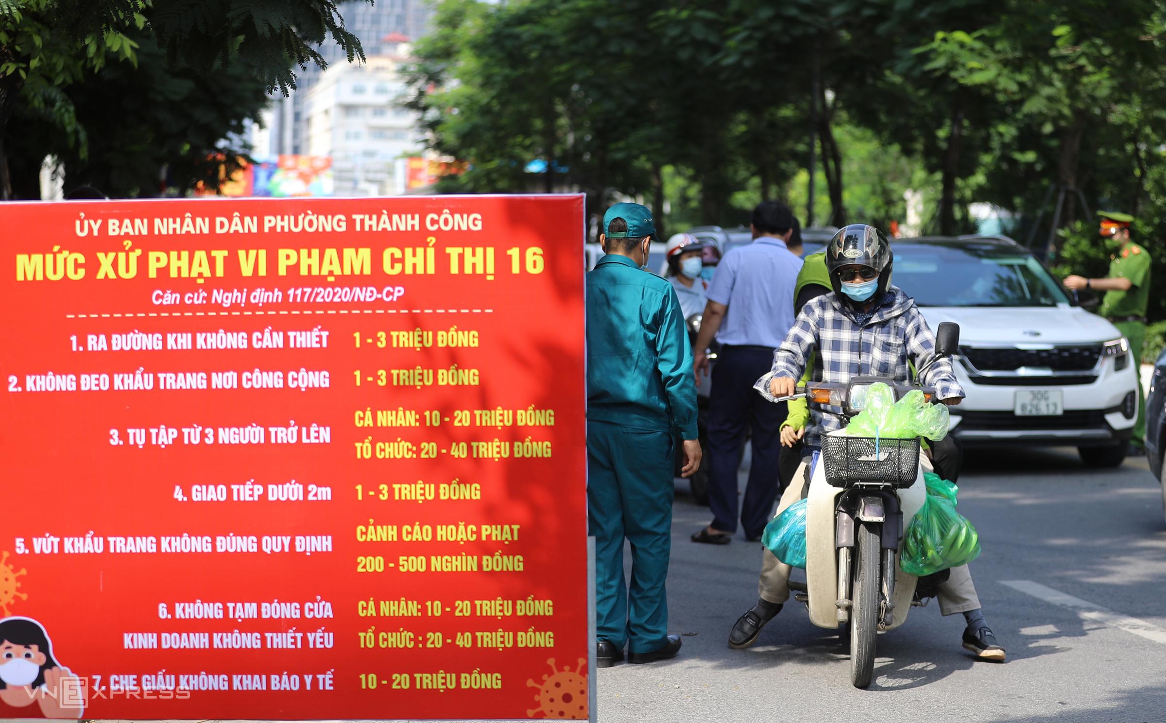 Phường Thành Công, quận Ba Đình, lập chốt trên đường Láng Hạ. Ảnh: Ngọc Thành.