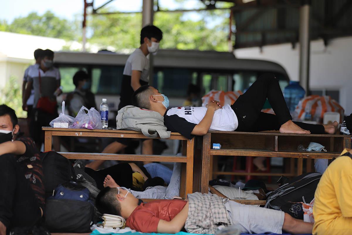 Người dân đi xe máy từ TP HCM về nằm vạ vật ở chốt kiểm soát y tế Lăng Cô. Ảnh:Võ Thạnh