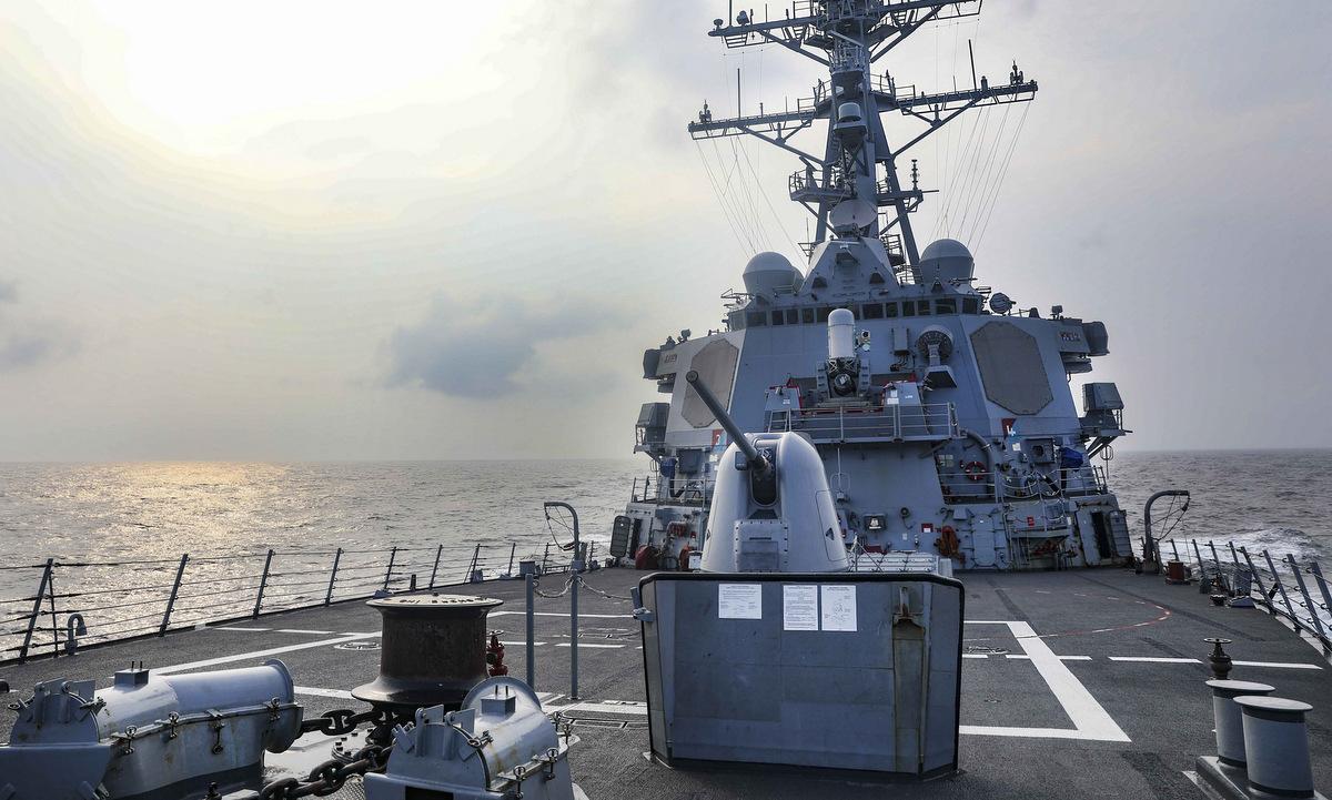 Khu trục hạm USS Benfold đi qua eo biển Đài Loan ngày 28/7. Ảnh: US Navy.