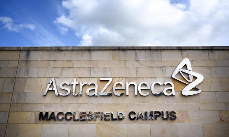 Logo bên ngoài văn phòng của công ty dược phẩm AstraZeneca ở Macclesfield, miền trung nước Anh hồi tháng 5. Ảnh: AFP.