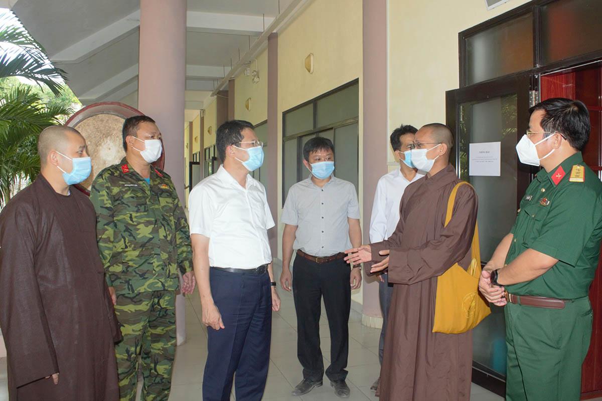 Lãnh đạo tỉnh Thừa Thiên Huế khảo sát Học viện Phật giáo để làm khu cách ly tập trung. Ảnh: Vạn An