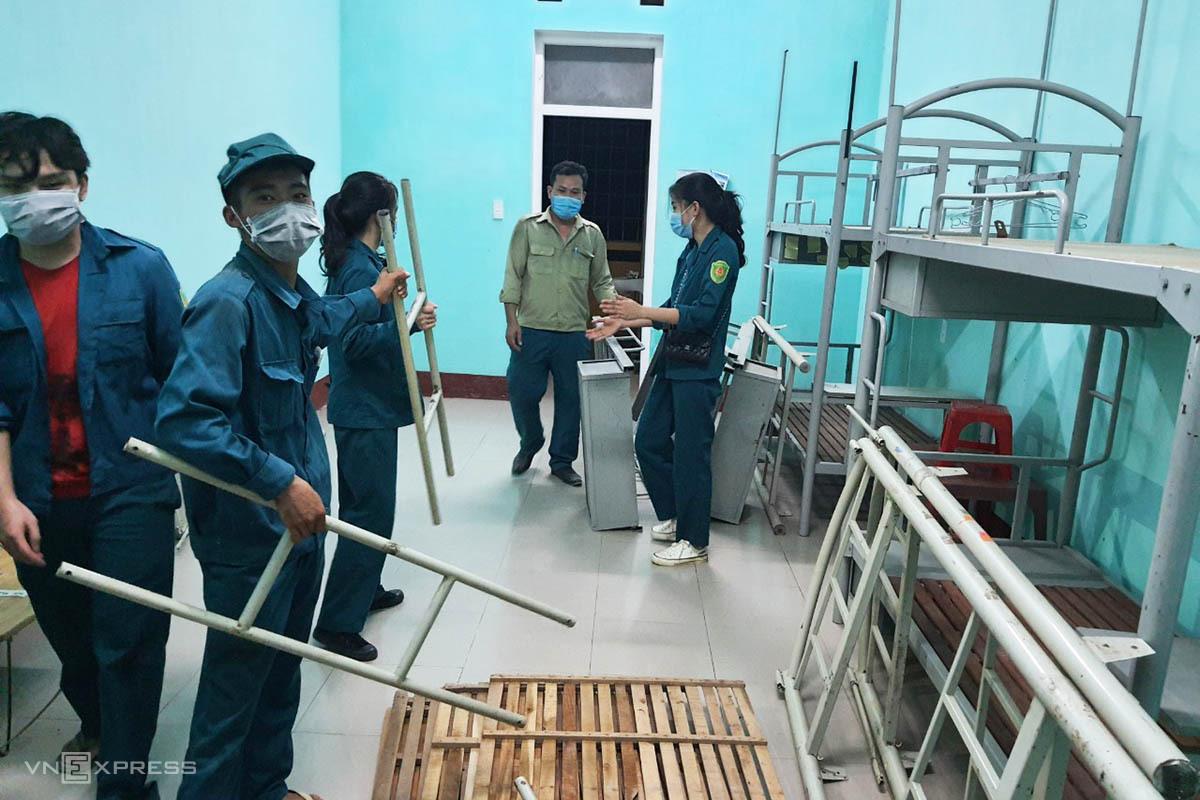 Các phòng khu B ký túc xá trường Bia được lực lượng dân quân dọn dẹp, lắp ghép thêm giường. Ảnh: Vạn An